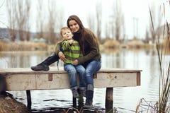 Mãe com a criança exterior Fotografia de Stock Royalty Free