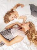 Mãe com a criança na cama Imagem de Stock