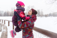 Mãe com a criança no inverno imagens de stock royalty free