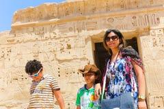 Mãe com a criança no templo de Ramesseum em Luxor - Egito fotos de stock royalty free