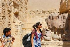 Mãe com a criança no templo - Egito imagens de stock royalty free