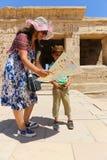 Mãe com a criança no templo - Egito fotografia de stock