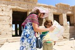 Mãe com a criança no templo - Egito imagem de stock
