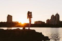 Mãe com a criança pequena no por do sol Fotografia de Stock Royalty Free