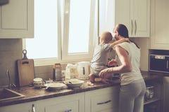 Mãe com a criança que cozinha junto fotos de stock royalty free