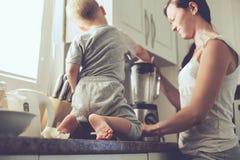 Mãe com a criança que cozinha junto imagens de stock