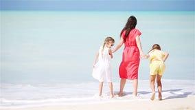 A mãe com duas crianças aprecia férias da praia filme