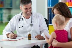 Mãe com a filha durante a nomeação médica Foto de Stock