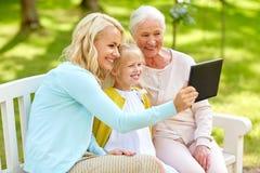 Mãe com filha e avó no parque Fotos de Stock