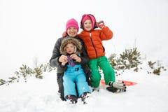 Mãe com filha e filho, na paisagem do inverno fotografia de stock