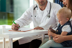 Mãe com a filha na nomeação médica Fotografia de Stock