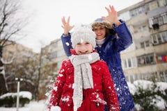 A mãe com filha passa alegremente o tempo no dia de inverno Foto de Stock
