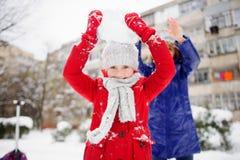A mãe com filha passa alegremente o tempo no dia de inverno Fotos de Stock Royalty Free