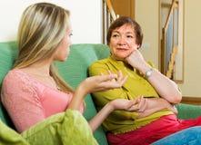Mãe com a filha que fala seriamente Foto de Stock
