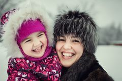 Mãe com a filha que passa o tempo no parque do inverno Imagens de Stock Royalty Free