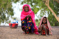 Mãe com a filha que vende o leite Fotos de Stock Royalty Free