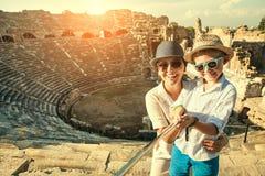 A mãe com filho toma uma foto do selfie no teatro antigo Fotos de Stock