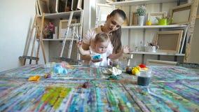 Mãe com a menina da criança que joga com areia cinética Fim acima vídeos de arquivo