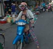 Mãe com mercado do bebê em Can Tho - Vietname Imagem de Stock