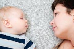 Mãe com bebê de sono Fotografia de Stock Royalty Free