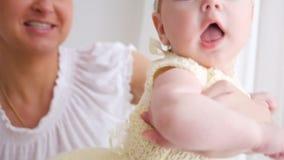 Mãe com o bebê que está na janela video estoque