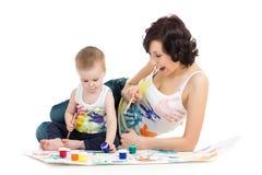 Mãe com o desenho e a pintura do menino da criança imagem de stock royalty free