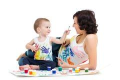 Mãe com pintura do menino do miúdo fotografia de stock royalty free