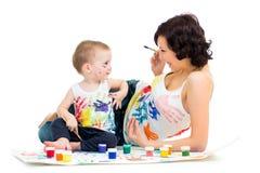 Mamã com pintura do menino da criança fotos de stock royalty free