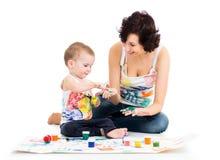 Mamã com pintura do menino da criança imagens de stock
