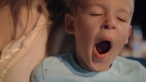 Mãe com o filho exterior na noite filme