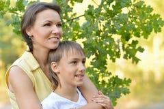 Mãe com o filho no parque Foto de Stock Royalty Free