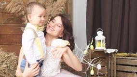 Mãe com o filho que guarda a galinha Photoshoot vídeos de arquivo