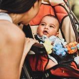 Mãe com recém-nascido bonito imagem de stock
