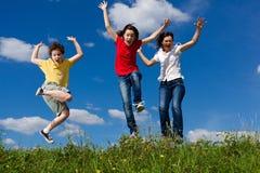 Mãe com salto das crianças Imagem de Stock Royalty Free