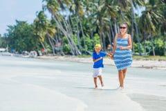 Mãe com seu filho na praia Fotos de Stock Royalty Free