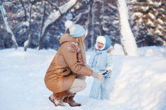 Mãe com sua criança que joga no inverno Foto de Stock Royalty Free