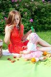 Mãe com sua filha em um piquenique foto de stock royalty free