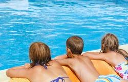 A mãe com suas crianças aproxima a piscina. imagem de stock royalty free