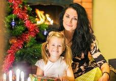 Mãe com uma filha Caixas dos presentes no fundo do foto de stock