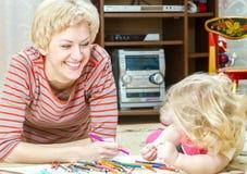Mãe com uma filha pequena Imagens de Stock