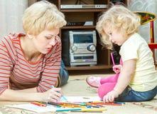 Mãe com uma filha pequena Fotos de Stock