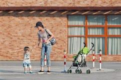 Mãe consideravelmente nova com seu menino, Pequim, China Imagem de Stock