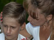 A mãe consola o filho da virada Imagens de Stock