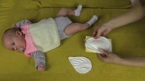 A mãe cria a pegada infantil do bebê no material especial video estoque