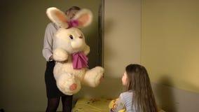 A mãe dá a sua filha o brinquedo macio vídeos de arquivo