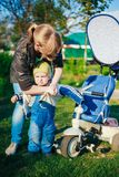A mãe da jovem mulher veste o revestimento no filho Little Boy Fotos de Stock Royalty Free