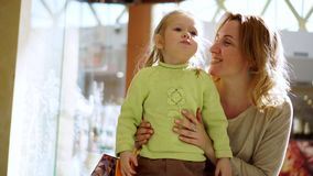A mãe da menina beija a filha em um mordente vídeos de arquivo