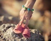 Mãe da mulher que realiza nas mãos suas sandálias mindinhos das sapatas da criança futura do bebê Cena emocional da maternidade d Imagens de Stock