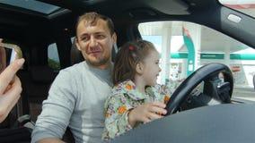 A mãe de Daughter Drive Vehicle do pai faz a vista video na cabine filme