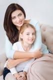 Mãe de inquietação atrativa que abraça sua filha Imagens de Stock
